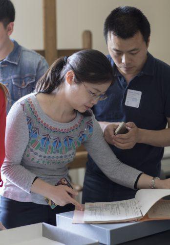Chinesische Nachwuchswissenschaftler in der Documentation des Musée d'Orsay. ©Sophie Boegly/Musée d'Orsay